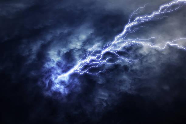 удар молнии в электрической storm - lightning стоковые фото и изображения