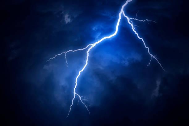 a lightning strike on a cloudy dramatic stormy sky - lightning zdjęcia i obrazy z banku zdjęć