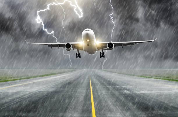 在機場著陸時, 在一次雷暴中, 飛機放電發生雷擊。 - 亂流 個照片及圖片檔