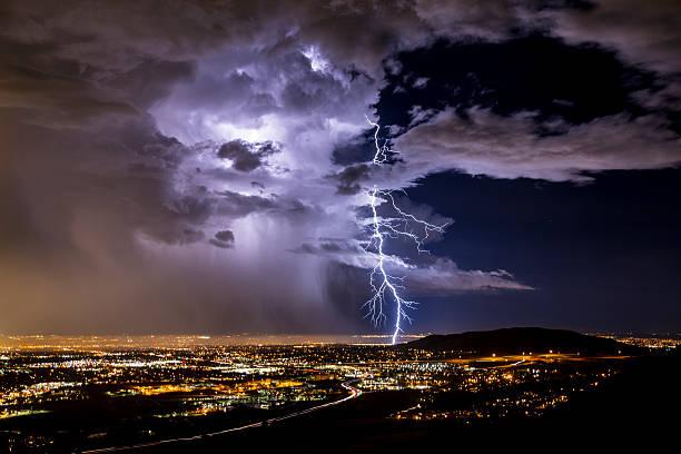 blitze streik über die stadt - thunder stock-fotos und bilder