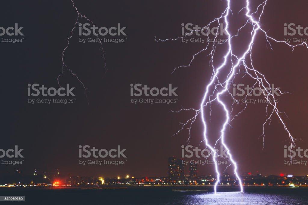 Lightning Strike über Stadt – Foto