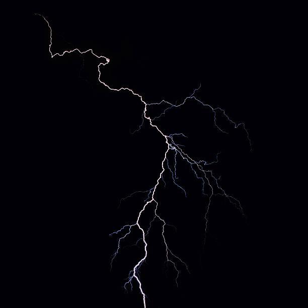 удар молнии над ночной город - lightning стоковые фото и изображения