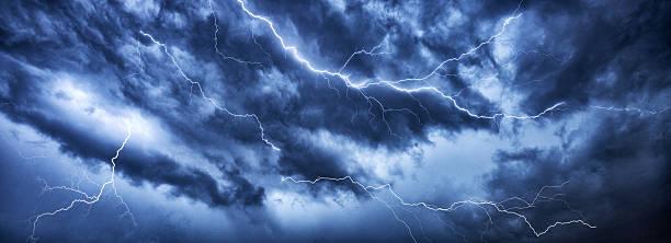 Lightning thunder Bolzen in dunklen thundercloud – Foto