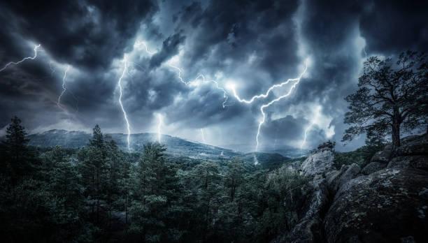 blitz gewitter blitz in den bergen. konzept über das thema wetter, katastrophen (hurrikan, taifun, tornado, sturm) - thunder stock-fotos und bilder