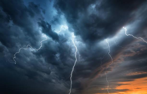blitz gewitter blitz über den nachthimmel. - thunder stock-fotos und bilder