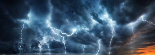 orage foudre flash sur le ciel nocturne. - desastre natural photos et images de collection