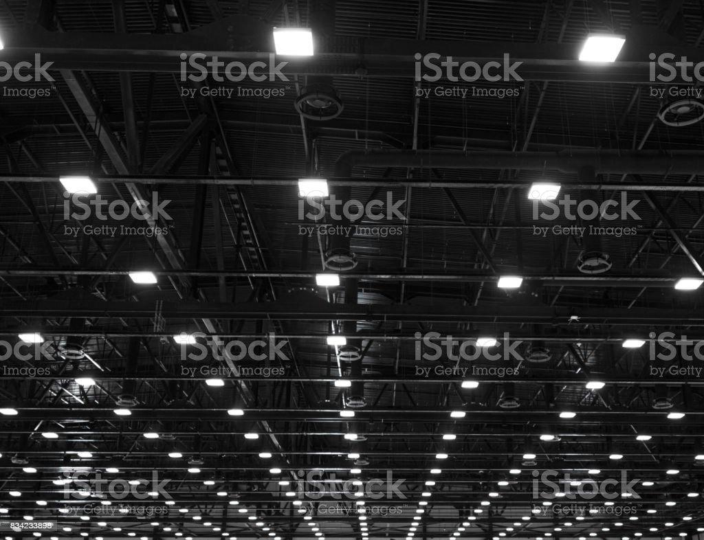 Lumières et système de ventilation dans la longue lignée sur le plafond du Bureau sombre industriel construction de bâtiments, exposition Hall au plafond photo libre de droits