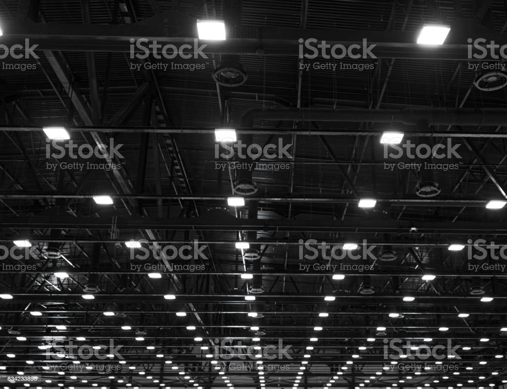 Lichter und Lüftungsanlage in der langen Schlange an Decke von der dunklen Büro industrielle Hochbau, Ausstellung Hallendecke – Foto