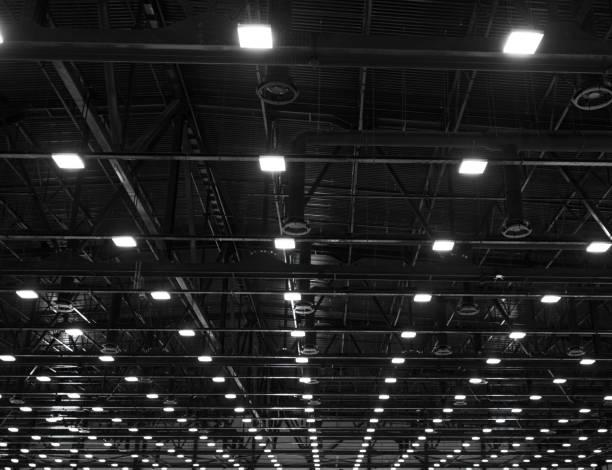 ライトおよび暗いオフィス産業の天井に長蛇の列で換気システムの建物、展示ホール天井構造 - 天井 ストックフォトと画像