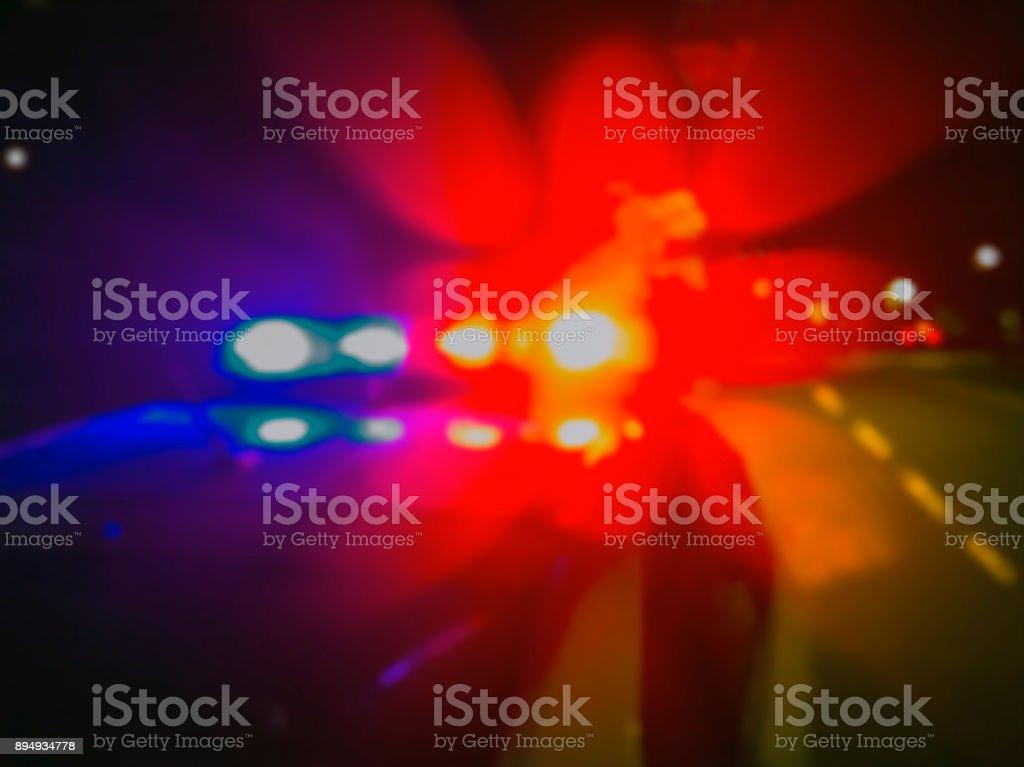 Lichter der Polizeiwagen in der Nachtzeit, Tatort. Nacht die Stadt Blaulicht patrouillieren. Abstraktes Bild verschwommen. – Foto