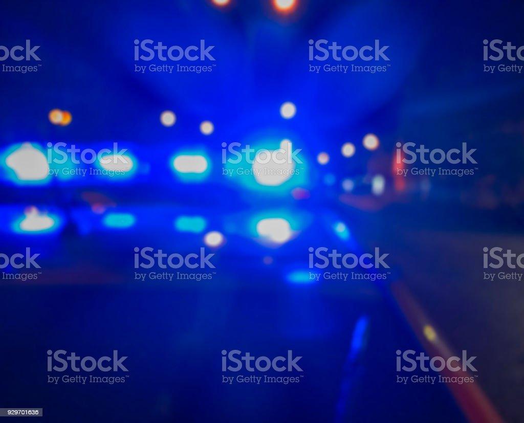 Lichter der Polizeiwagen in der Nachtzeit, Tatort. Nacht patrouillieren in der Stadt, strafrechtliche Ermittlungen. Abstraktes Bild verschwommen. – Foto