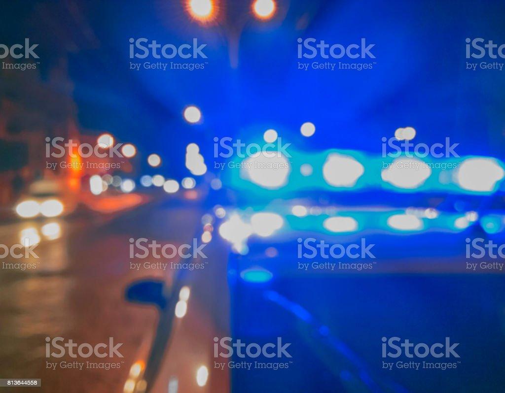 Lichter der Polizeiwagen in der Nachtzeit. Nacht patrouillieren in der Stadt, Tatort. Die Lichter der Stadt bei Nacht Hintergrund. Abstraktes Bild verschwommen. – Foto