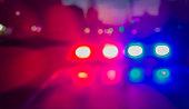 夜間の警察の車のライト。夜の街をパトロール ライト点滅です。抽象的なぼやけた画像。