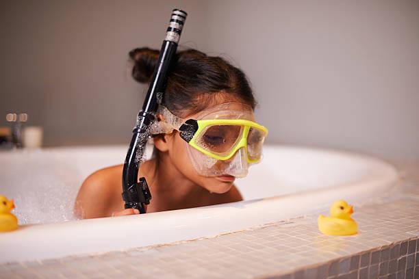 wie eine ente auf dem wasser - kinderbadewanne stock-fotos und bilder