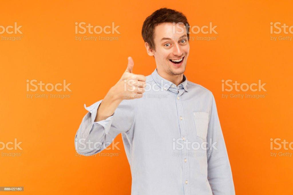 Wie Zeichen. Blick in die Kamera und lächelt Mann Daumen nach oben. – Foto