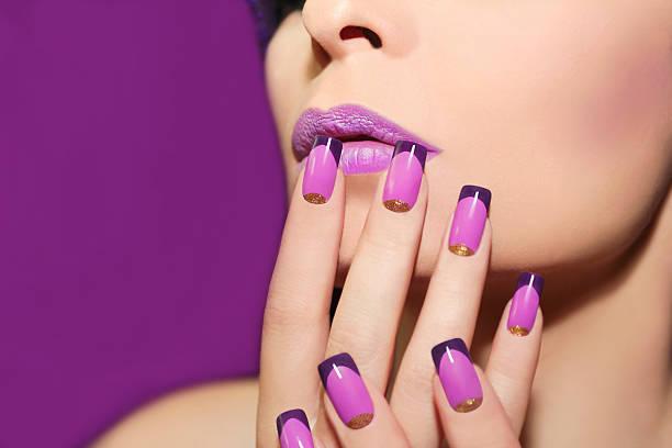 lilac französische maniküre. - nageldesign trend stock-fotos und bilder