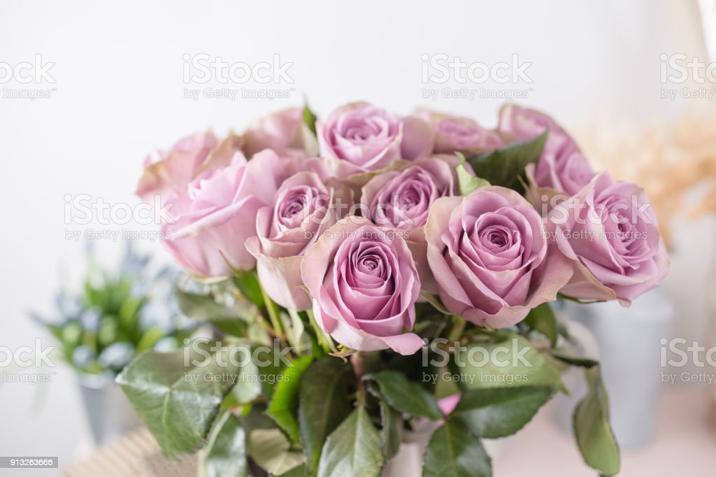 Mazzo Di Fiori Shabby.Lilac Garden Rose Bouquet Flowers Of Roses In Glass Vase Shabby