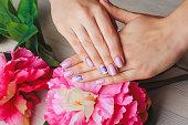 ライラックのネイルアート、明るい色の背景に花柄