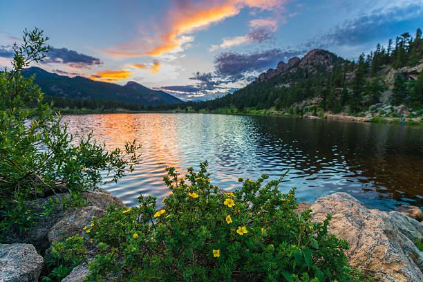 lilly lago al tramonto-colorado - estes park foto e immagini stock