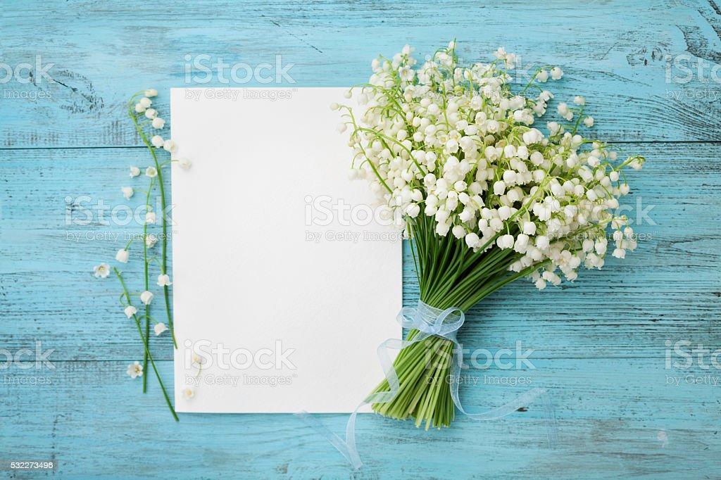 Maiglöckchen und leere notizblock, Kopie Raum text – Foto