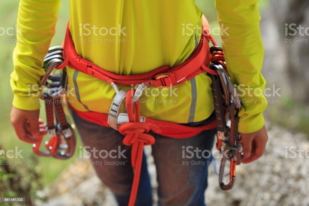 Seil Klettergurt Knoten : Сlimber tragen sicherheitsgurt machen einen acht seil knoten stock