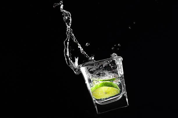 limone in das glas - cocktails mit wodka stock-fotos und bilder