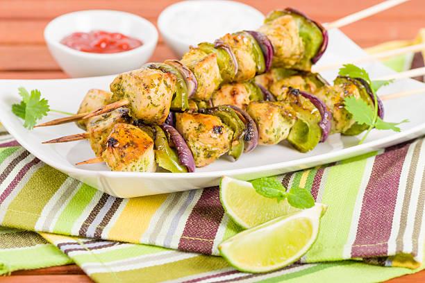 lime, minze & koriander-hühnchen-kebab - kebab marinade stock-fotos und bilder