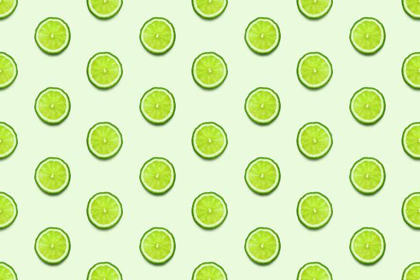 Lime Scheiben nahtlose Muster auf pastellgrünen Hintergrund Minimal Sommer Konzept. – Foto
