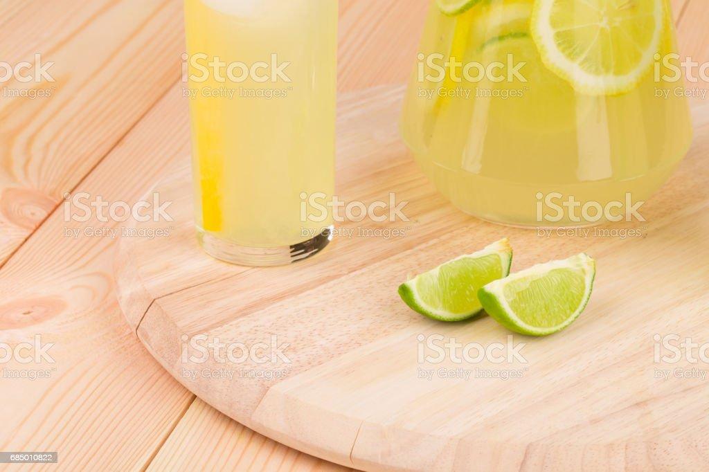 Limettenscheiben mit Limonade. Lizenzfreies stock-foto