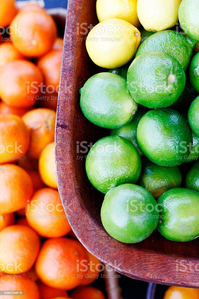 Limes en el mercado y naranjas foto de stock libre de derechos