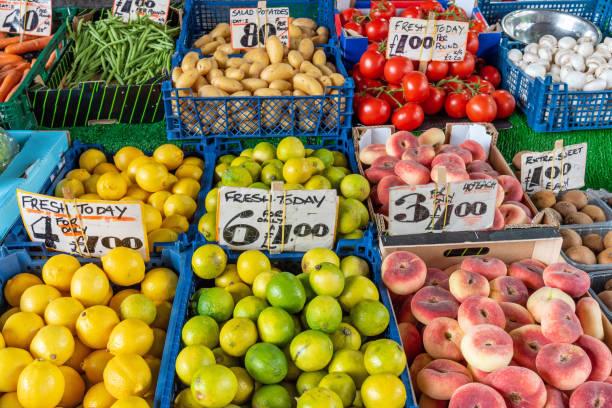 limetten, zitronen und pfirsiche zum verkauf - englischer erbsen salat stock-fotos und bilder
