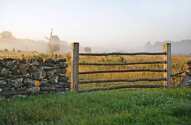 Kalkstein Zaun und misty landscape.TN – Foto