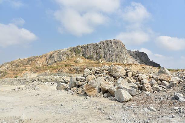 kalkstein steinbruch, kambodscha. - betonwerkstein stock-fotos und bilder