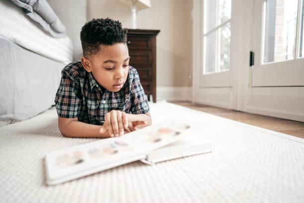 beperken van toegang tot internet voor kinderen - 6 7 jaar stockfoto's en -beelden