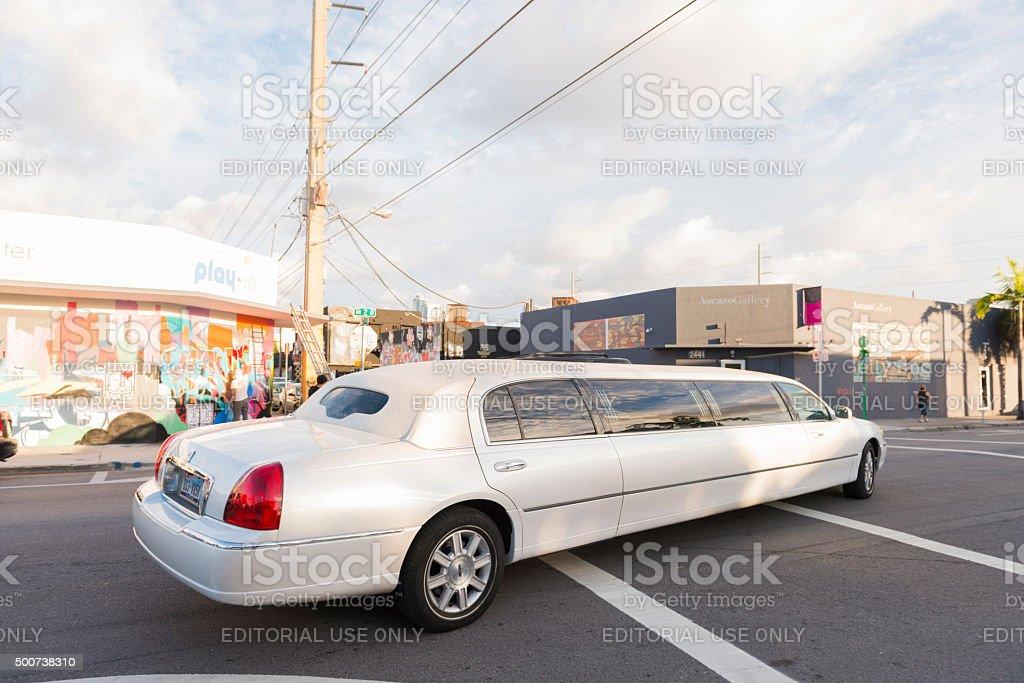 Limousine fährt durch die Straßen Wynwwood während der Art Basel Miami – Foto