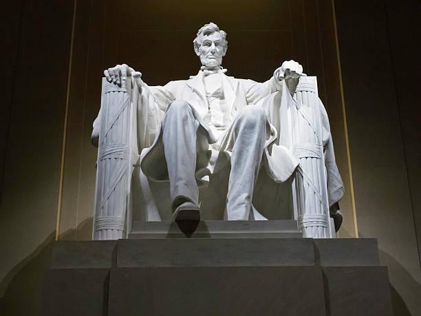 lincoln memorial statue at night, washington, dc - lincoln united stock-fotos und bilder