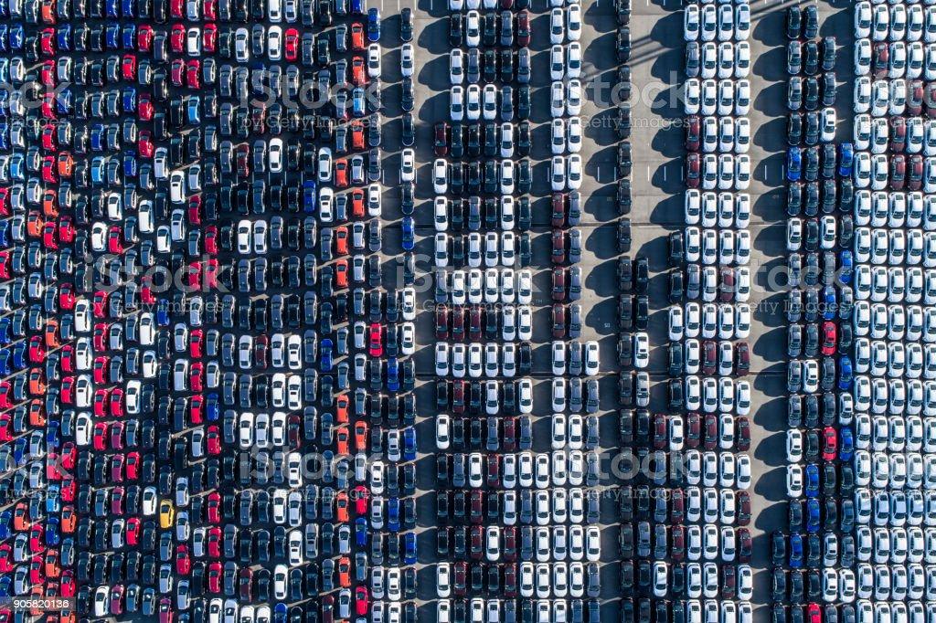Eine Reihe von Autos. – Foto