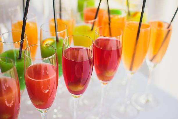 reihe von verschiedenen alkoholischen cocktails und open-air-party - dekorierte schnapsflaschen stock-fotos und bilder