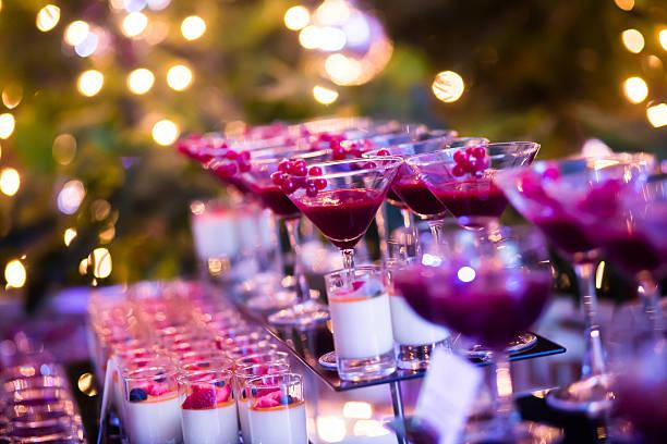 reihe von verschiedenen bunten alkohol cocktails auf einem open-air-party - dekorierte schnapsflaschen stock-fotos und bilder