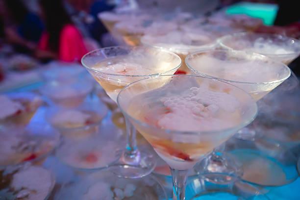 reihe von verschiedenen bunten alkohol cocktails und open-air-party - dekorierte schnapsflaschen stock-fotos und bilder
