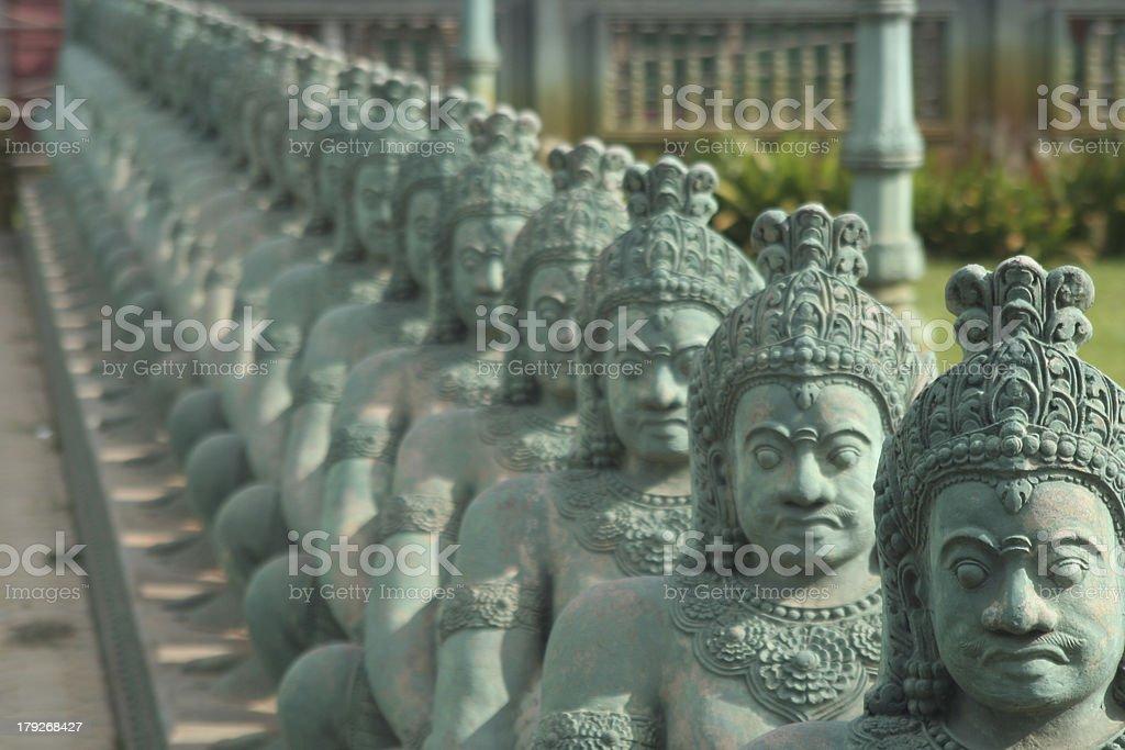 Reihe von Statuen im Freien einen buddhistischen Tempel. – Foto