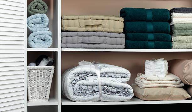 roupas no closet - pilha arranjo - fotografias e filmes do acervo
