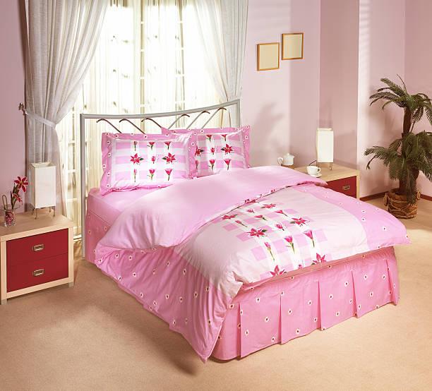 leinen im modernen schlafzimmer - moderner dekor für ferienhaus stock-fotos und bilder