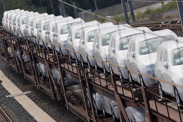 automobilbranche neuen autos zur bahnfracht transporter - autotransporter stock-fotos und bilder