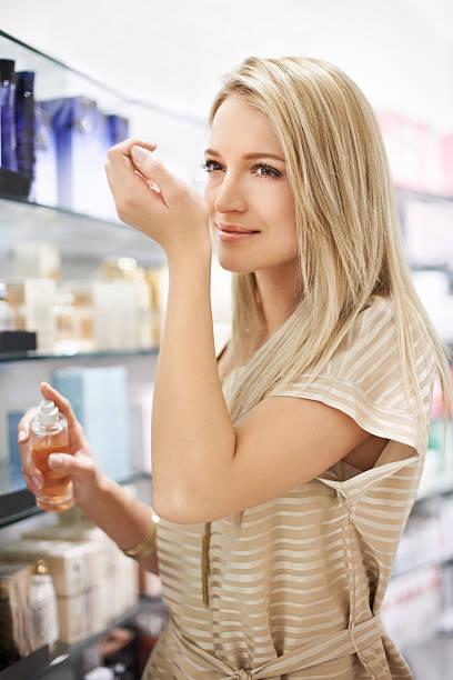lingering duft - drogerie stock-fotos und bilder