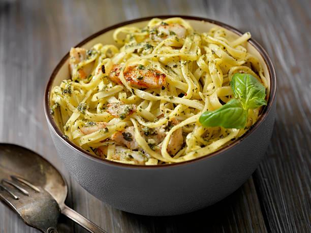 linguine with grilled chicken and basil pesto sauce - gesunde huhn pasta stock-fotos und bilder