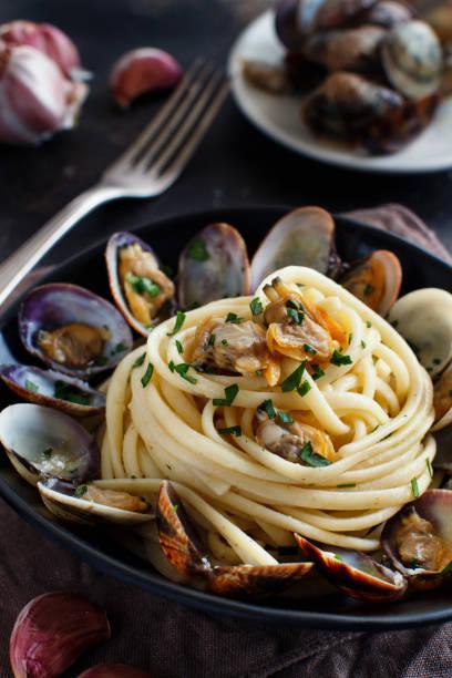 linguini med musslor - pasta vongole bildbanksfoton och bilder