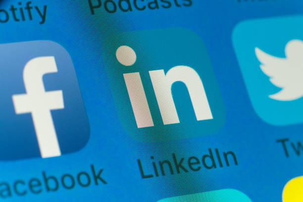 linkedin, twitter, facebook och andra mobiltelefon apps på iphone-skärmen - linkedin bildbanksfoton och bilder
