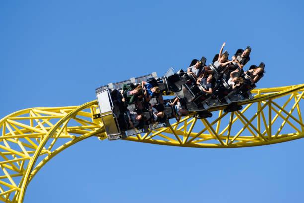 parque de atracciones linnanmäki, montaña rusa de ukko - roller coaster fotografías e imágenes de stock