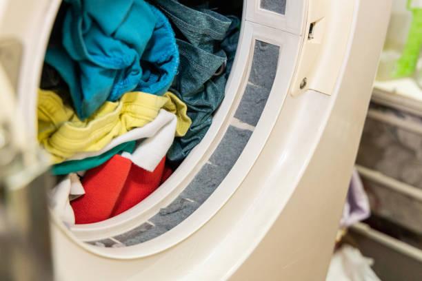 乾燥後の洗濯乾燥機のフィルターに閉じ込められている糸くず - 衣類乾燥機 ストックフォトと画像